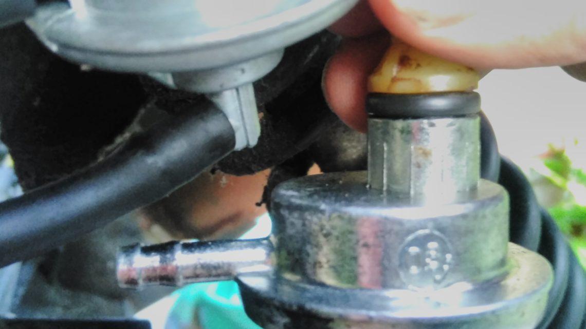Peugeot Speedfight 2 Roller: Wechseln des Unterdruckbenzinhahns